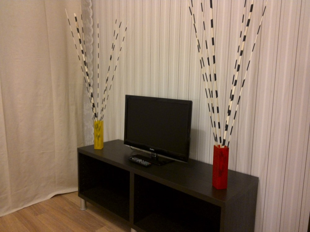 Тумбочка с композицией и телевизором