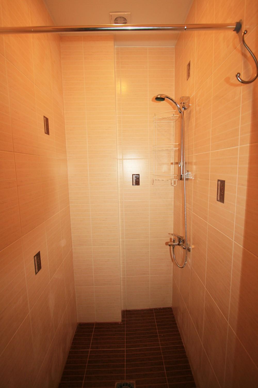 Душевая – одна на всех. А отдельные туалеты свои в каждой комнате.
