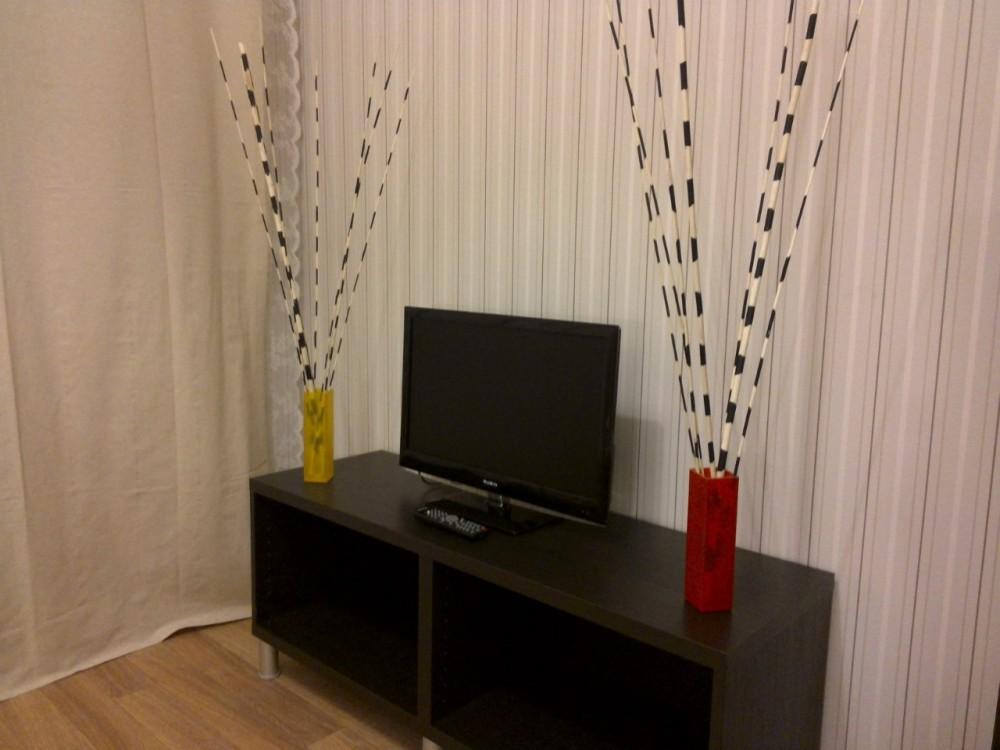 Еще один взгляд на тумбочку и телевизор. Приезжайте, у нас дешево и уютно :)