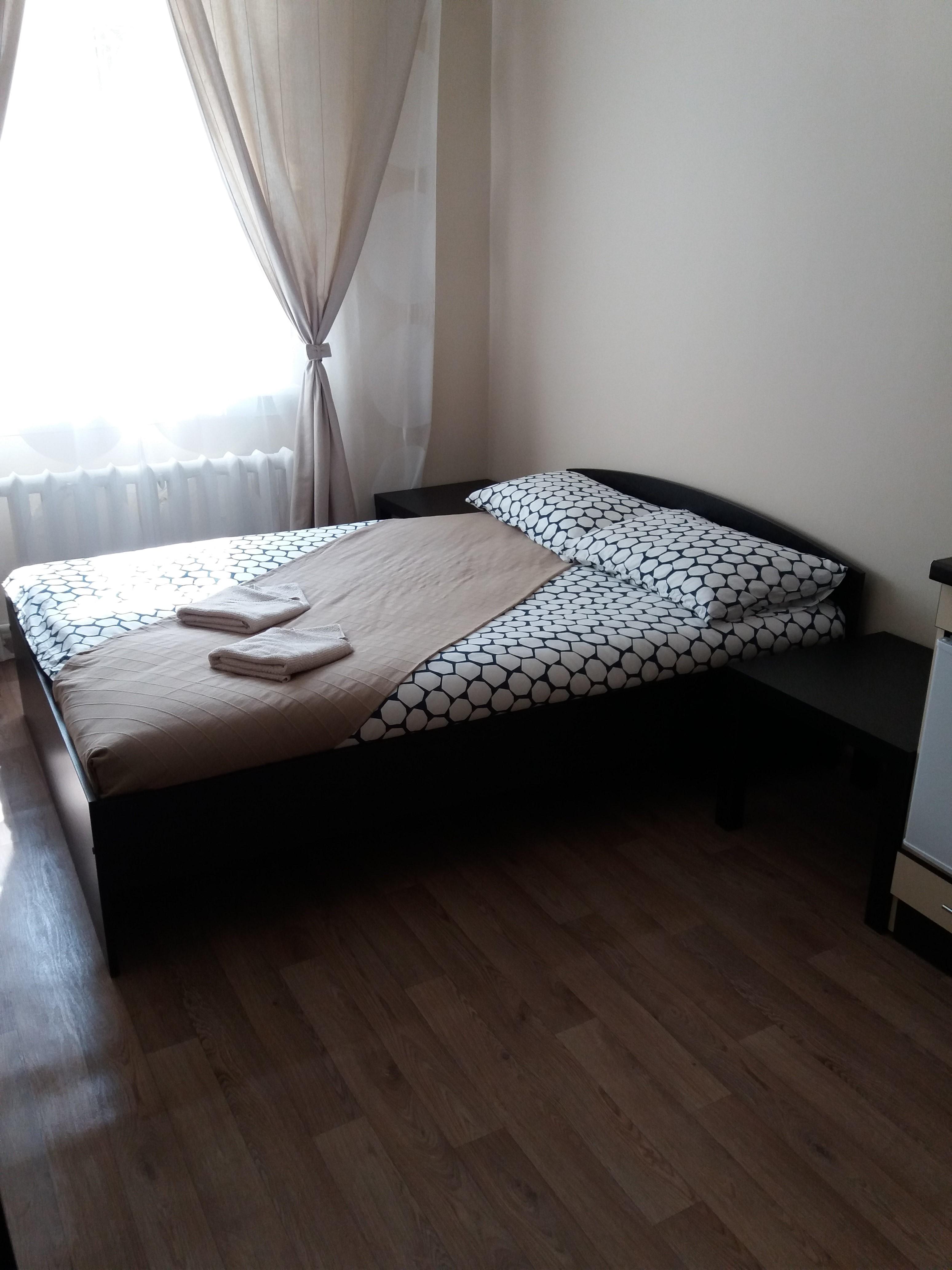 Просторная двуспальная кровать