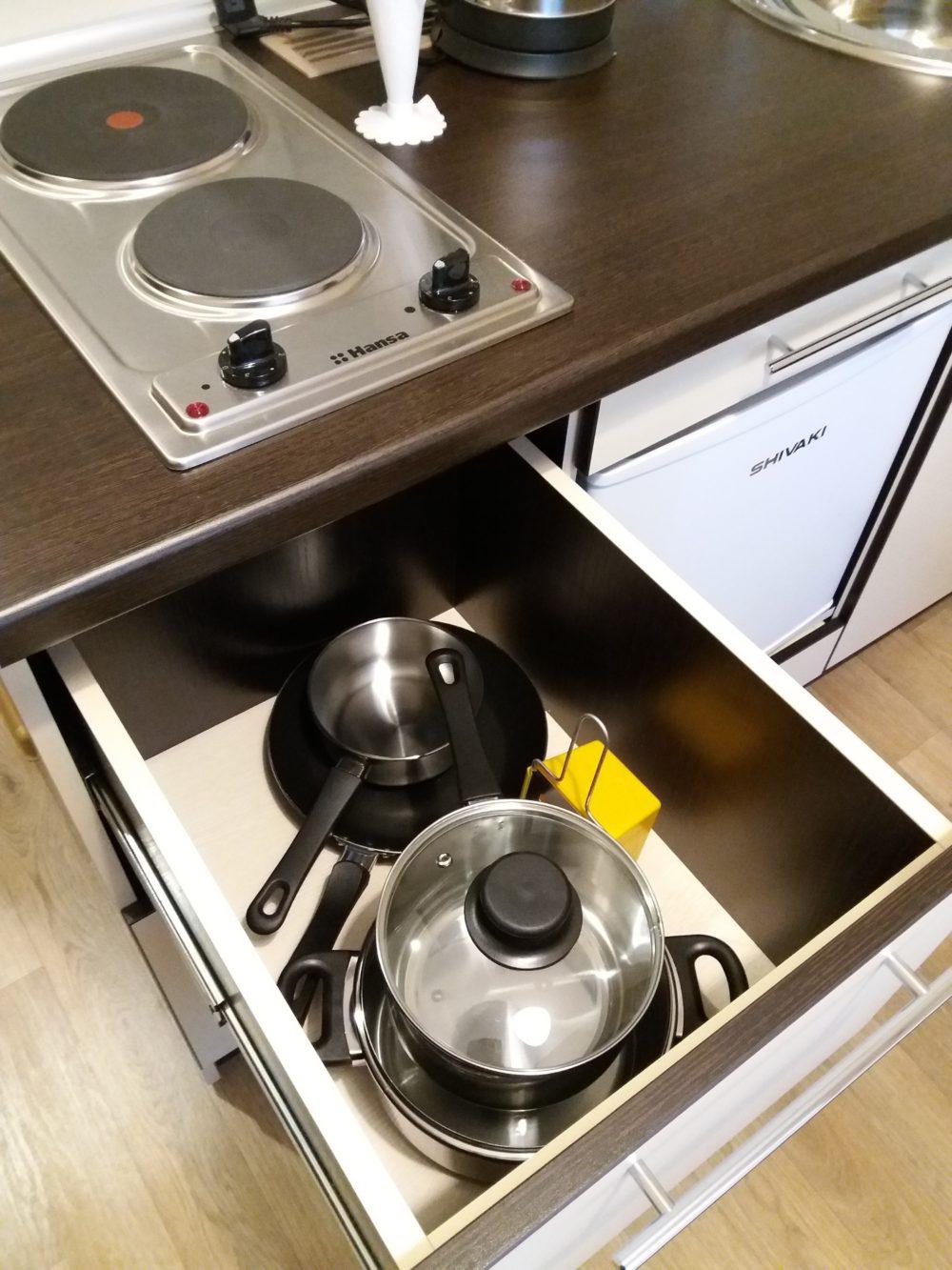 Новенький, полностью оборудованный кухонный уголок